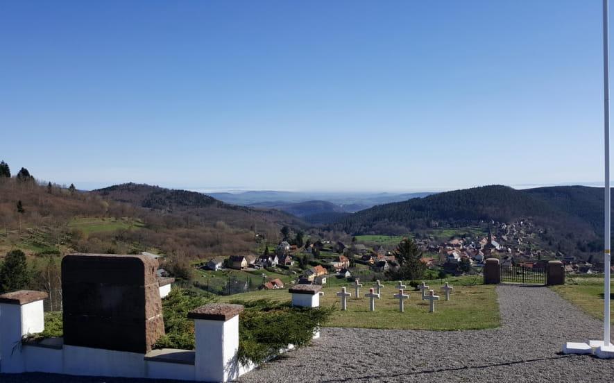 La route du Souvenir Français et le cimetière militaire