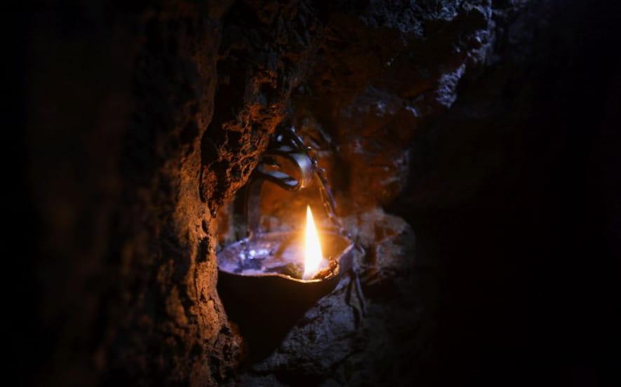 Ombres et lumières : une mine d'argent à la lueur de la flamme.